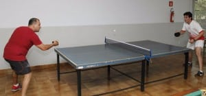 Atleta Diogo em partida Final do TÍnis de mesa Masculino