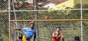 Zagueiro Celson da equipe MASTER em disputa de bola